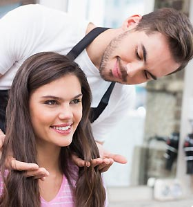 アドバイスをする美容師