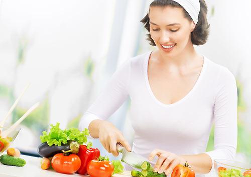 朝食を作る女性