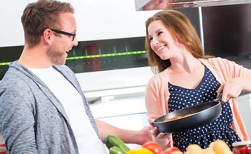 彼氏に料理を作る女性