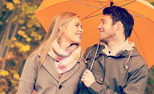 相合傘をするカップル