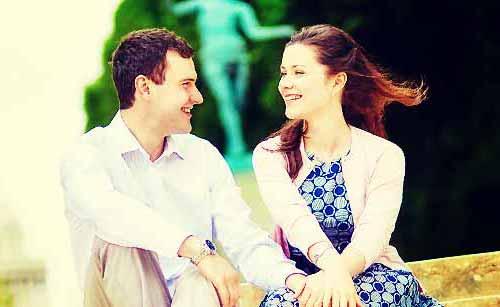 目があい微笑む男と女