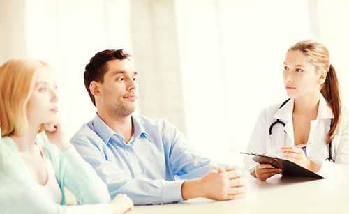 医者と相談するカップル