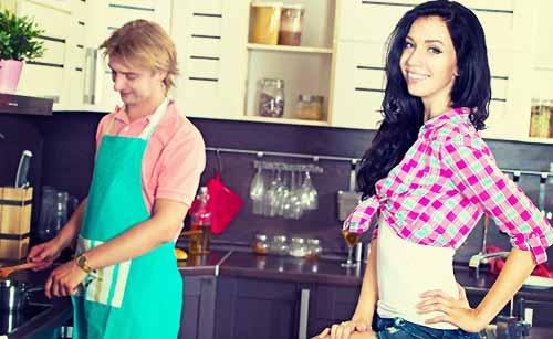 彼氏に料理を作ってもらう女性