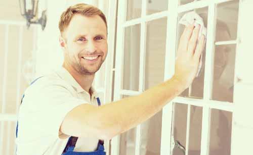 窓拭きをする男