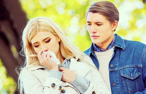 彼氏の前で泣き出す女性