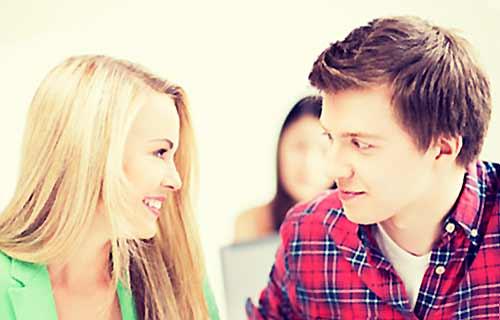 会話する男と女