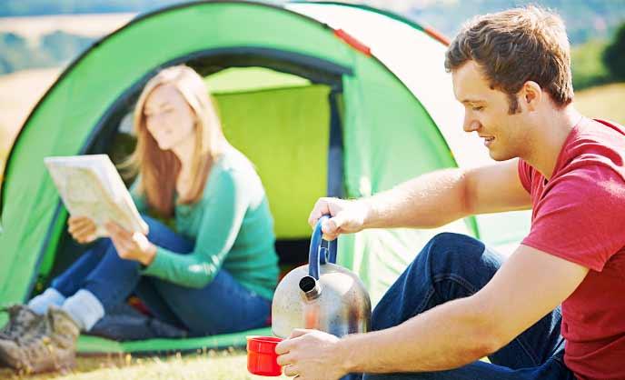キャンプを楽しむカップル
