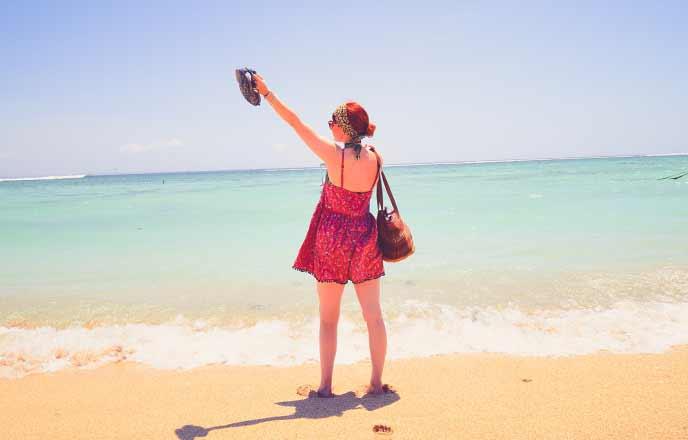 海辺でバカンスを満喫する女性