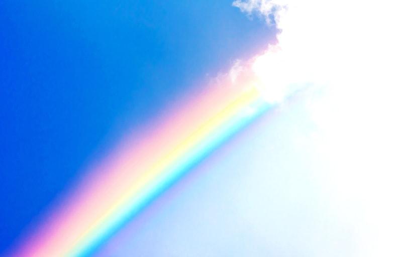 青空に浮かぶ虹