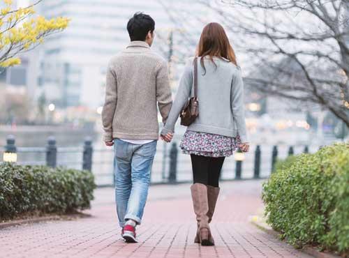 徒歩デートは彼の右を陣取る格好のチャンス!
