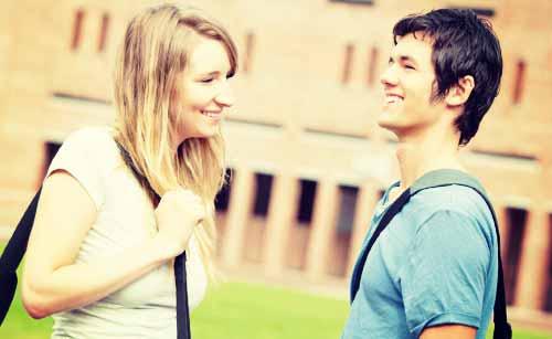 笑顔で挨拶するカップル