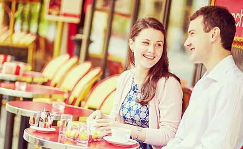 カフェでランチをするカップル