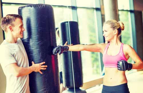 ボクシングに打ち込む女性