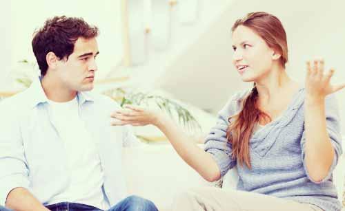 夫を厳しく叱る妻