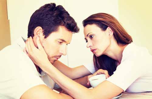 夫を慰める妻