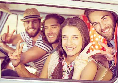ボーイフレンドとドライブを楽しむ女性