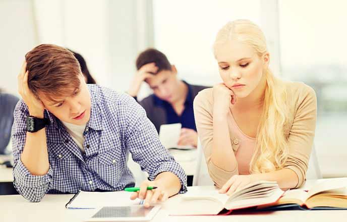 授業の勉強で悩むカップル