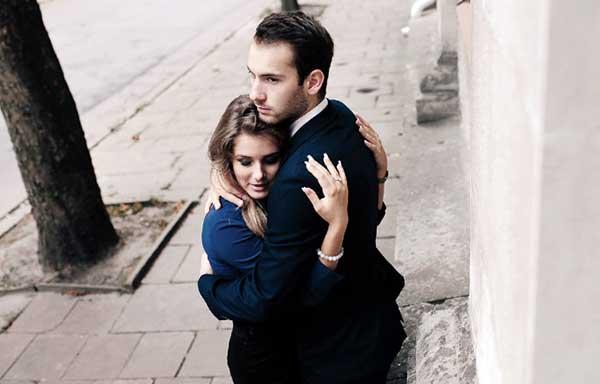 彼氏を束縛する女性
