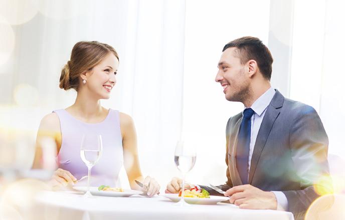 レストランで食事をとるカップル