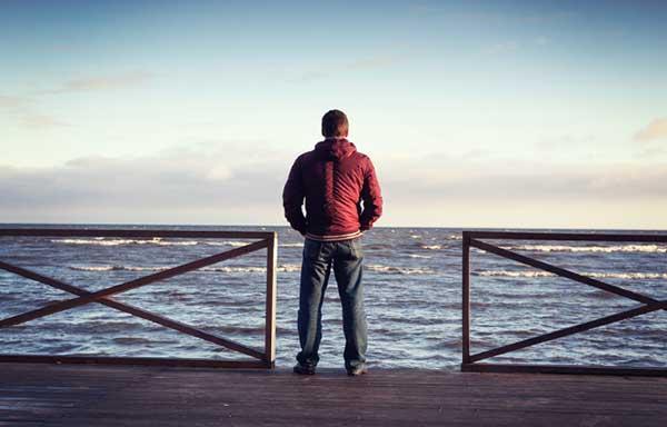 海を眺め何かを決意する男