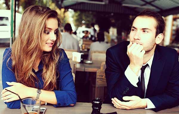 女性とカフェで、お茶を飲む男