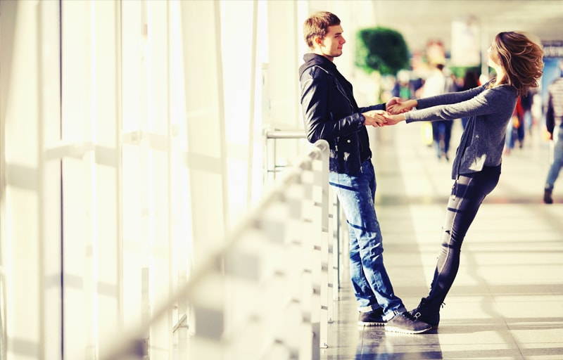 空港で出会うカップル