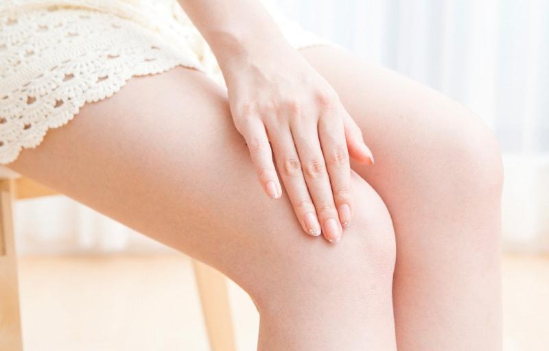 膝をケアする女性
