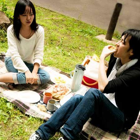 ピクニックする二人