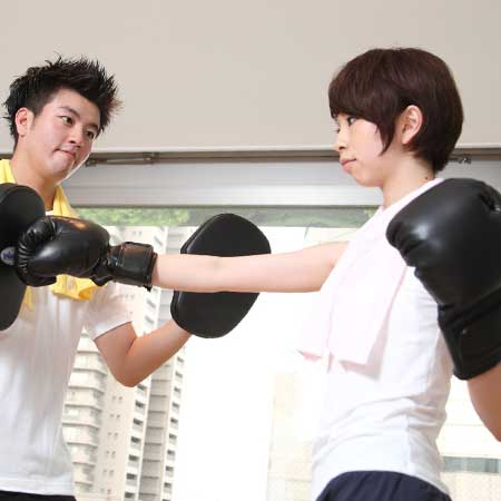 ボクシングする男女