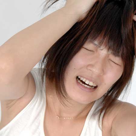 髪乱れる女子