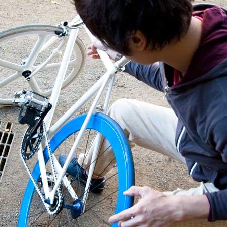 自転車を見る男子