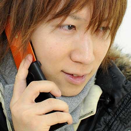 電話する男子