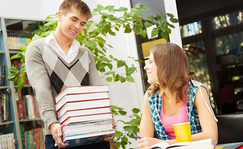図書館で仲良く会話する男子と女子