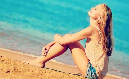 砂浜で一人くつろぐ女性