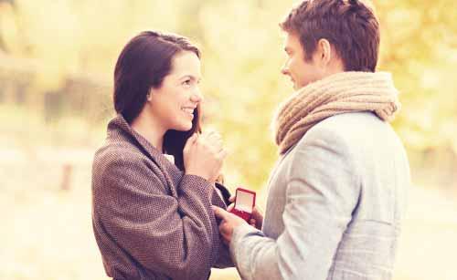 恋人へ結婚のプロポーズをする男性