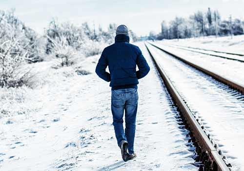 雪道を歩く男