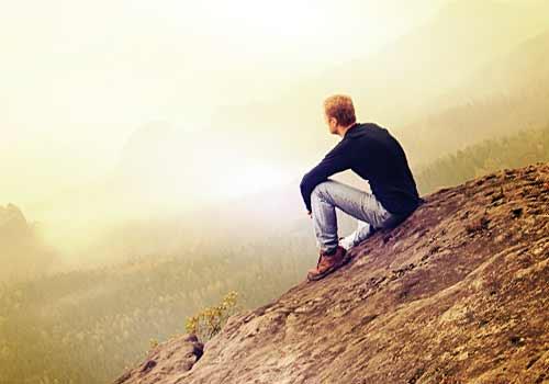 独り空を見上げる男