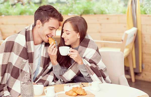 パンを食べるカップル