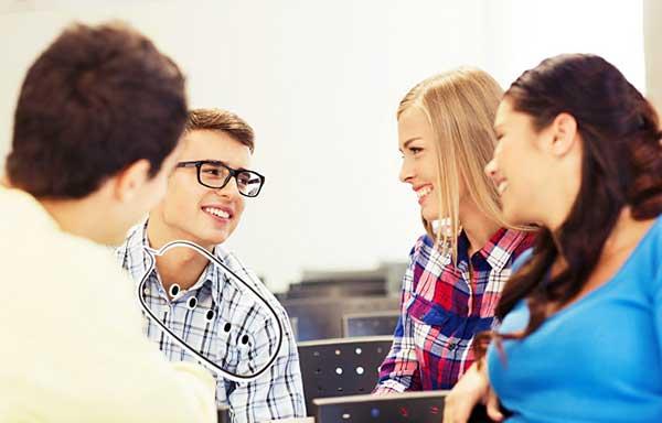 会話を楽しむ学生