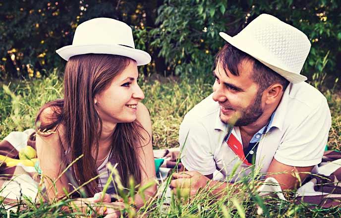 顔を合わせる男と女