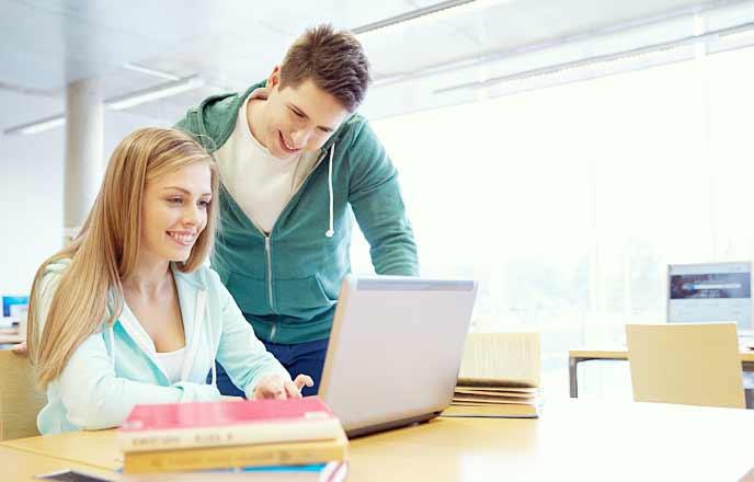 図書館で勉強するカップル