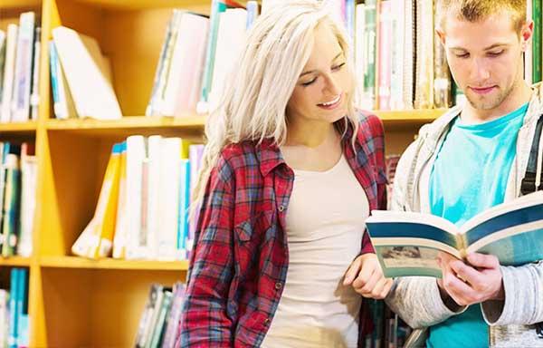 図書館で勉強を教えてもらう女子学生