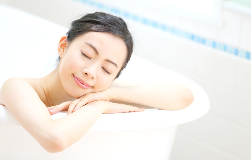風呂に入る女性