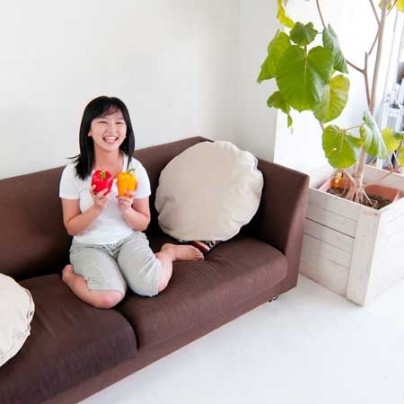 ソファに座る女子