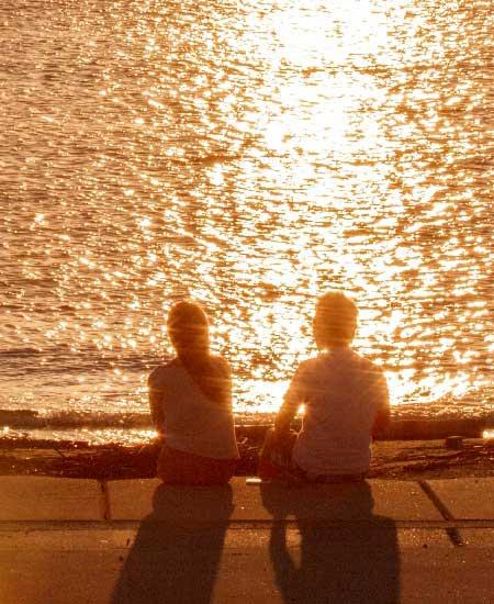 夕日の海でデート