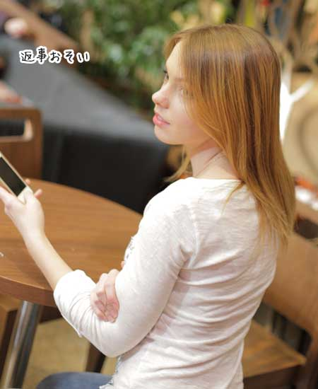 スマホの返信を待つ女性