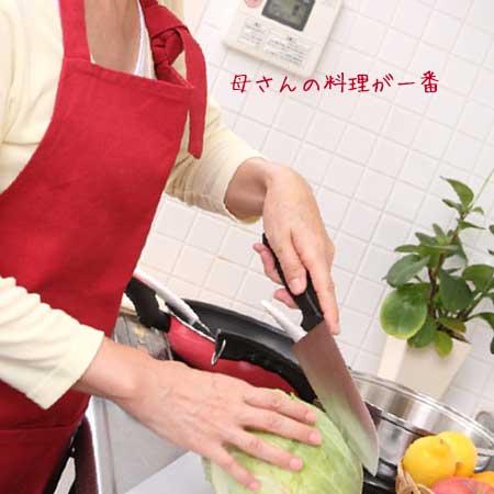 料理中の母親