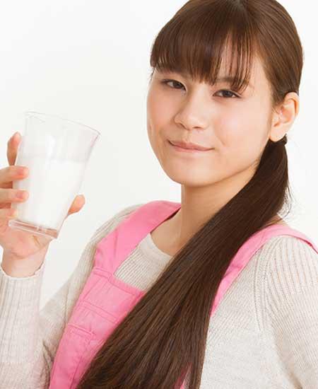 ミルクを飲む女子