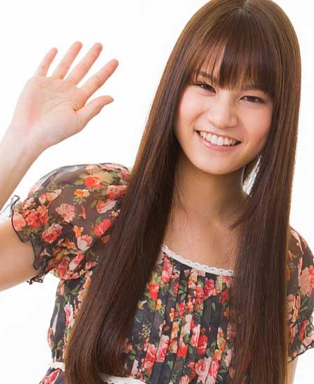 笑顔で手を上げる女性