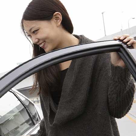 乗車する女性